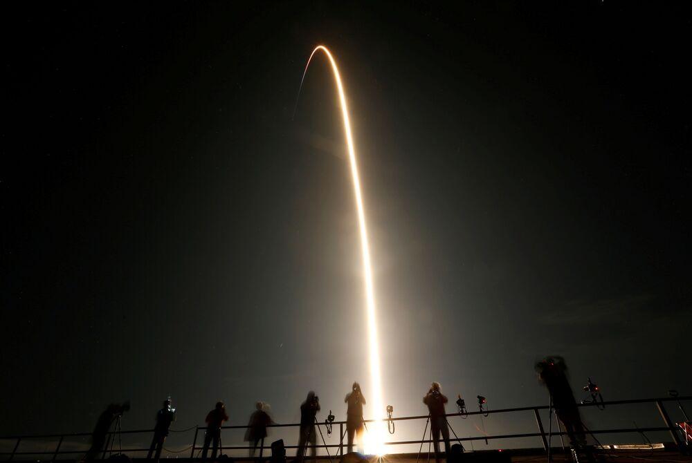 Le persone guardano il lancio del razzo SpaceX Falcon 9 con la capsula Crew Dragon, Cape Canaveral, Florida, Il 15 Novembre 2020.