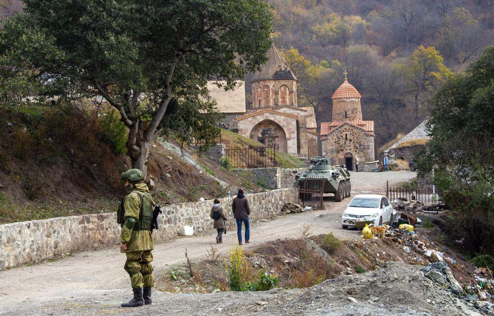 Un soldato delle forze di pace di Russia vicino al monastero Dadivank in Nagorno-Karabakh.