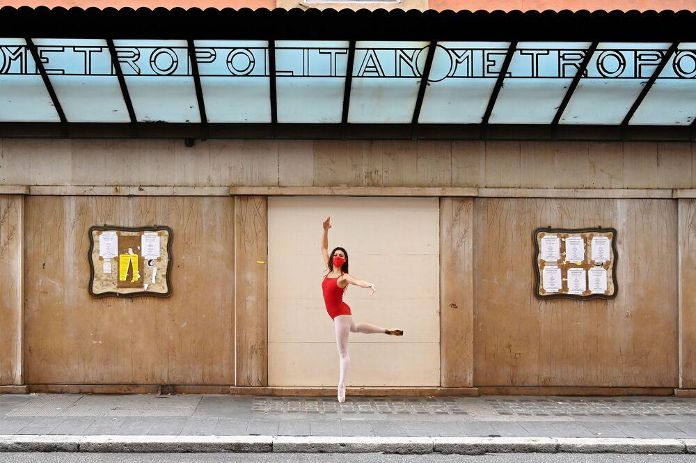 Una ballerina in mascherina balla in Via del Corso a Roma, il 14 Novembre 2020.