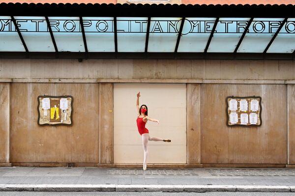 Una ballerina in mascherina balla in Via del Corso a Roma, il 14 Novembre 2020.  - Sputnik Italia