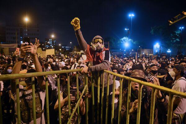 I sostenitori del ex-presidente peruviano Martin Vizcarra protestano contro il governo del presidente ad interim Manuel Merino a Lima, Perù,  il 14 Novembre 2020. - Sputnik Italia