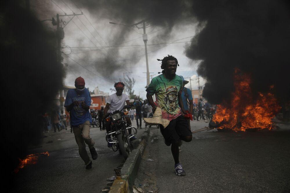 I partecipanti delle proteste contro il governo a Port-au-Prince, Haiti, il 18 Novembre 2020.