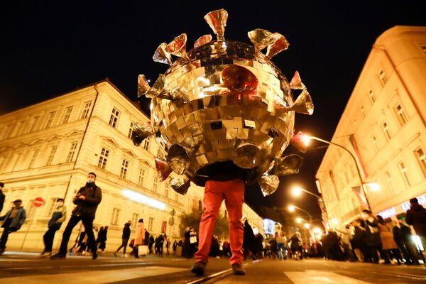 Un uomo vestito da coronavirus protesta contro le restrizioni anti-Covid a Praga, il 17 Novembre 2020.  - Sputnik Italia