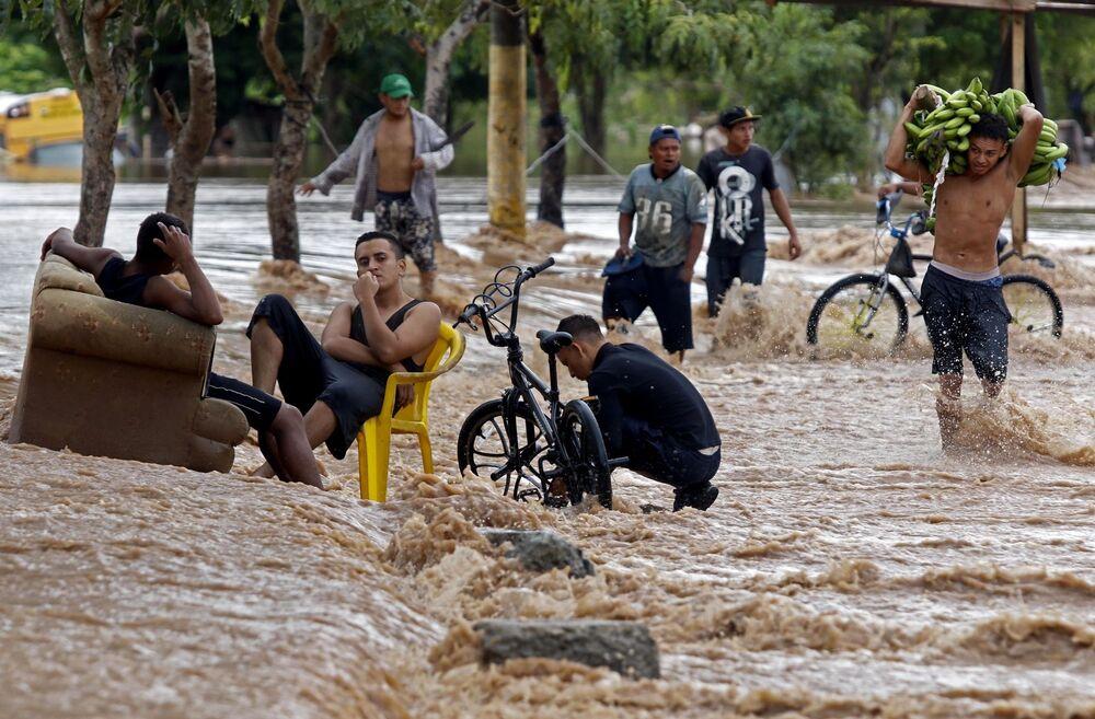 Le persone in una strada allagata in Honduras, il 18 Novembre 2020.
