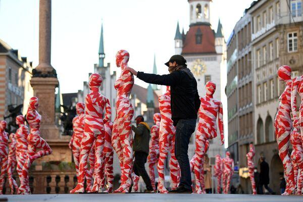 Un uomo prepara un'installazione artistica con 111 manichini in Marienplatz, Monaco di Baviera, chiedendo più consapevolezza e apprezzamento in tempi di coronavirus, Germania, il 18 Novembre 2020.  - Sputnik Italia