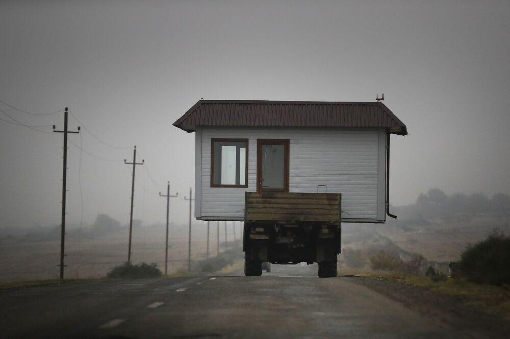 Una famiglia armena sta trasportando la sua casa lasciando il Nagorno-Karabakh, il 18 Novembre 2020.