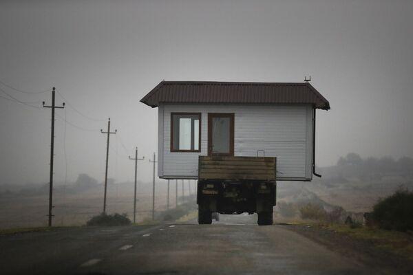 Una famiglia armena sta trasportando la sua casa lasciando il Nagorno-Karabakh, il 18 Novembre 2020.  - Sputnik Italia