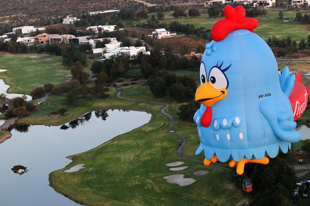 Pallone aerostatico vola in cielo di Leon nello stato di Guanajuato in Messico nell'ambito del Festival della Mongolfiera, il 14 Novembre 2020.