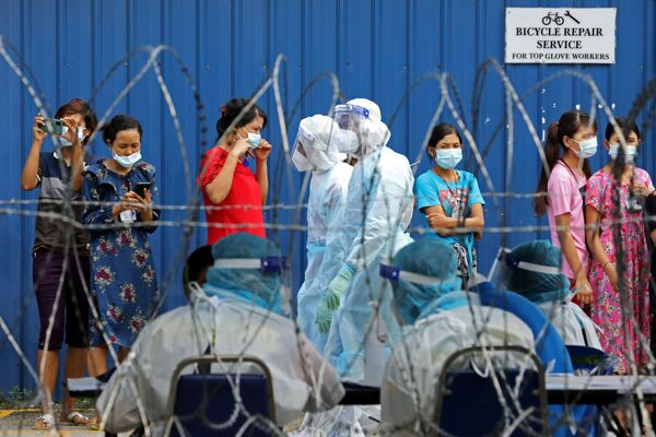 Gli operai si sono messi in fila aspettando la possibilità di  fare il tampone di coronavirus, Malaysia, il 18 Novembre 2020.  - Sputnik Italia