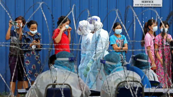 Рабочие стоят в очереди, чтобы пройти тестирование на коронавирус в Малайзии - Sputnik Italia