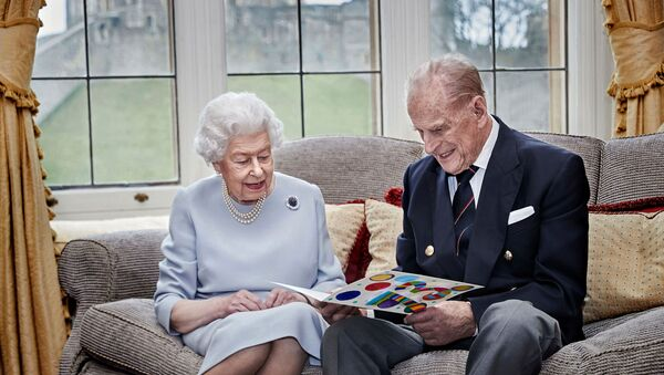 La regina Elisabetta e il principe Filippo, duca di Edimburgo, guardano il loro biglietto per l'anniversario di matrimonio fatto in casa, dato loro dai loro pronipoti, il principe George, la principessa Charlotte e il principe Louis, prima del loro 73 ° anniversario di matrimonio, nella Oak Room al Castello di Windsor, Windsor , Gran Bretagna 17 novembre 2020. - Sputnik Italia