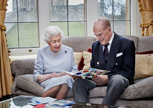 La regina Elisabetta e il principe Filippo, duca di Edimburgo, guardano il loro biglietto per l'anniversario di matrimonio fatto in casa, dato loro dai loro pronipoti, il principe George, la principessa Charlotte e il principe Louis, prima del loro 73 ° anniversario di matrimonio, nella Oak Room al Castello di Windsor, Windsor , Gran Bretagna 17 novembre 2020.