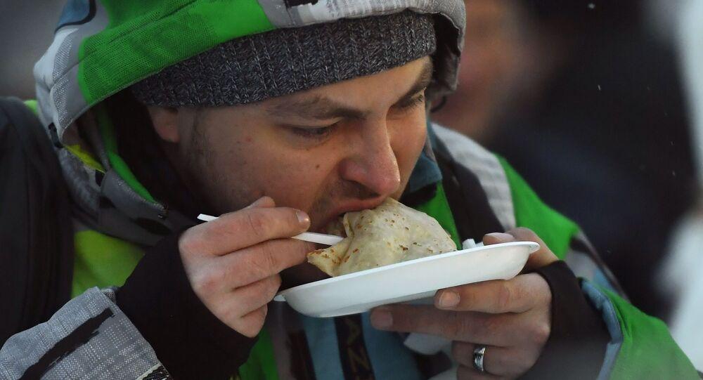 Un uomo sta mangiando crêpes