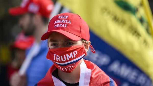 Supporters of US president Donald Trump look on in front of the White House as they gather near counter protesters in Washington, DC on November 13, 2020. - Sputnik Italia
