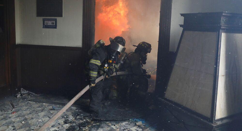 Cuerpos de bomberos sofocan el incendio en la sede del Congreso de Guatemala durante las protestas antigubernamentales, el 21 de noviembre de 2020