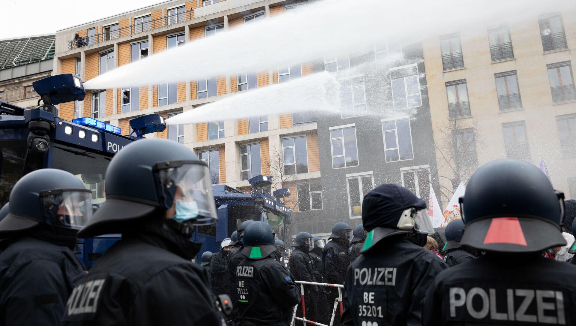 Proteste contro le misure restrittive di Coronavirus a Berlino - Sputnik Italia, 1920, 13.03.2021