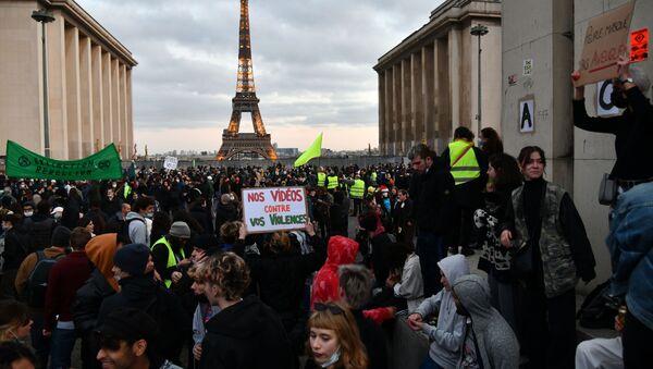 I manifestanti protestano contro l'articolo 24 del disegno di legge sulla sicurezza globale che vieta di filmare gli agenti di polizia o i militari.  - Sputnik Italia