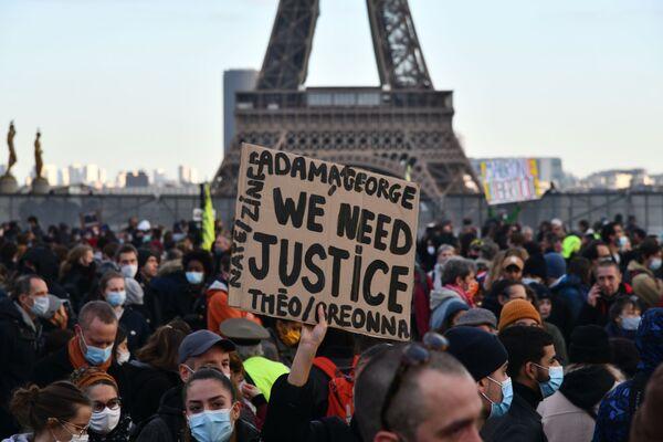 """I partecipanti delle proteste contro la legge sulla """"sicurezza globale""""  a Parigi, Francia.  - Sputnik Italia"""