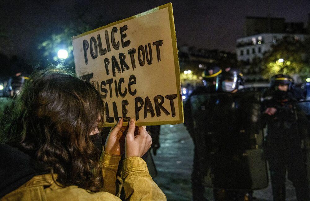 """Una partecipante alle proteste contro la legge sulla """"sicurezza globale"""" a Parigi, Francia."""