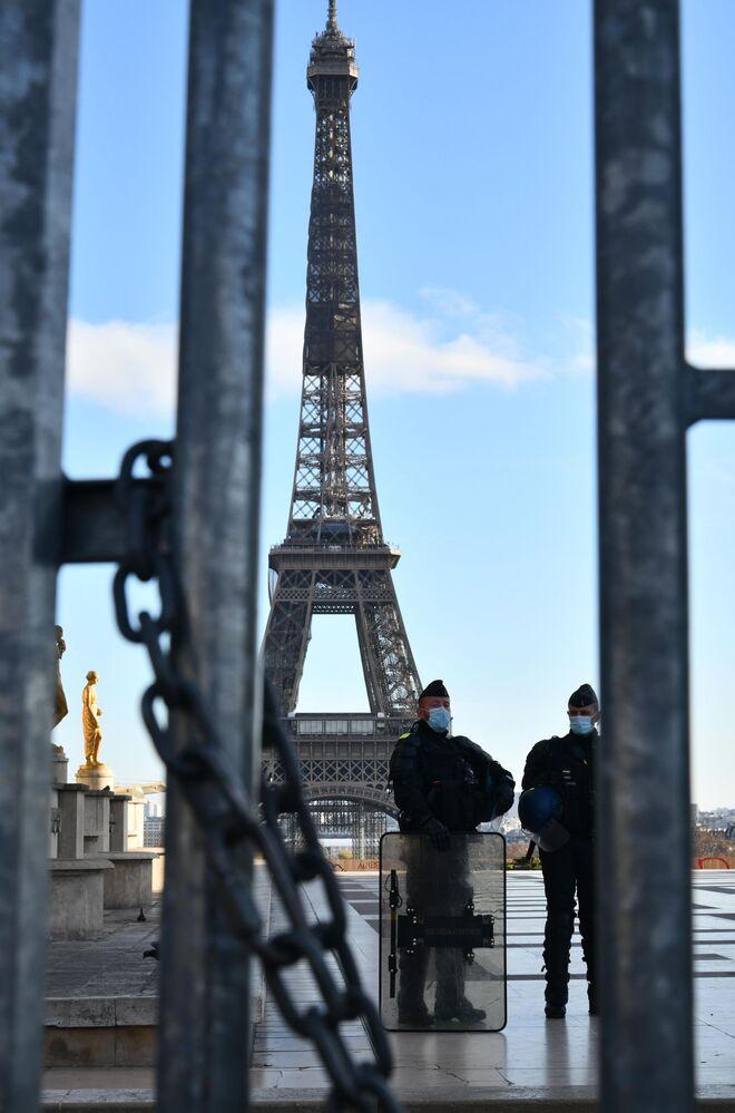 Gli agenti di polizia pattugliano la piazza durante le proteste contro l'articolo 24 del disegno di legge sulla sicurezza globale a Parigi.