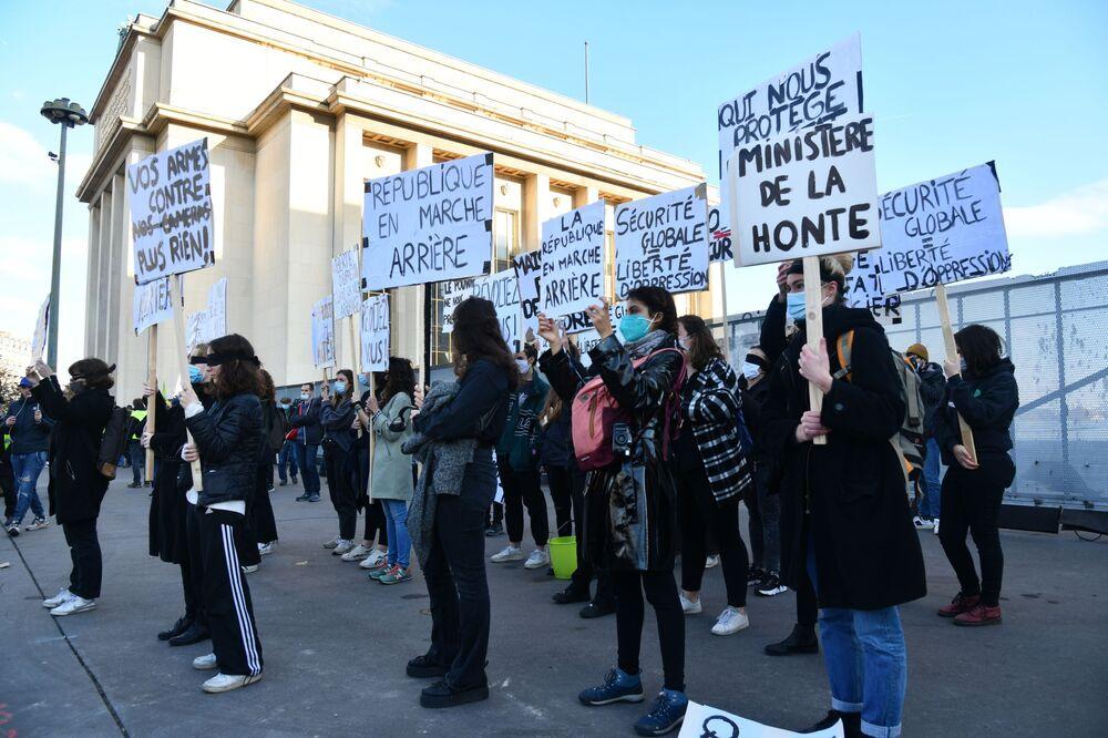 I manifestanti protestano contro l'articolo 24 del disegno di legge sulla sicurezza globale che vieta di filmare gli agenti di polizia o i militari.
