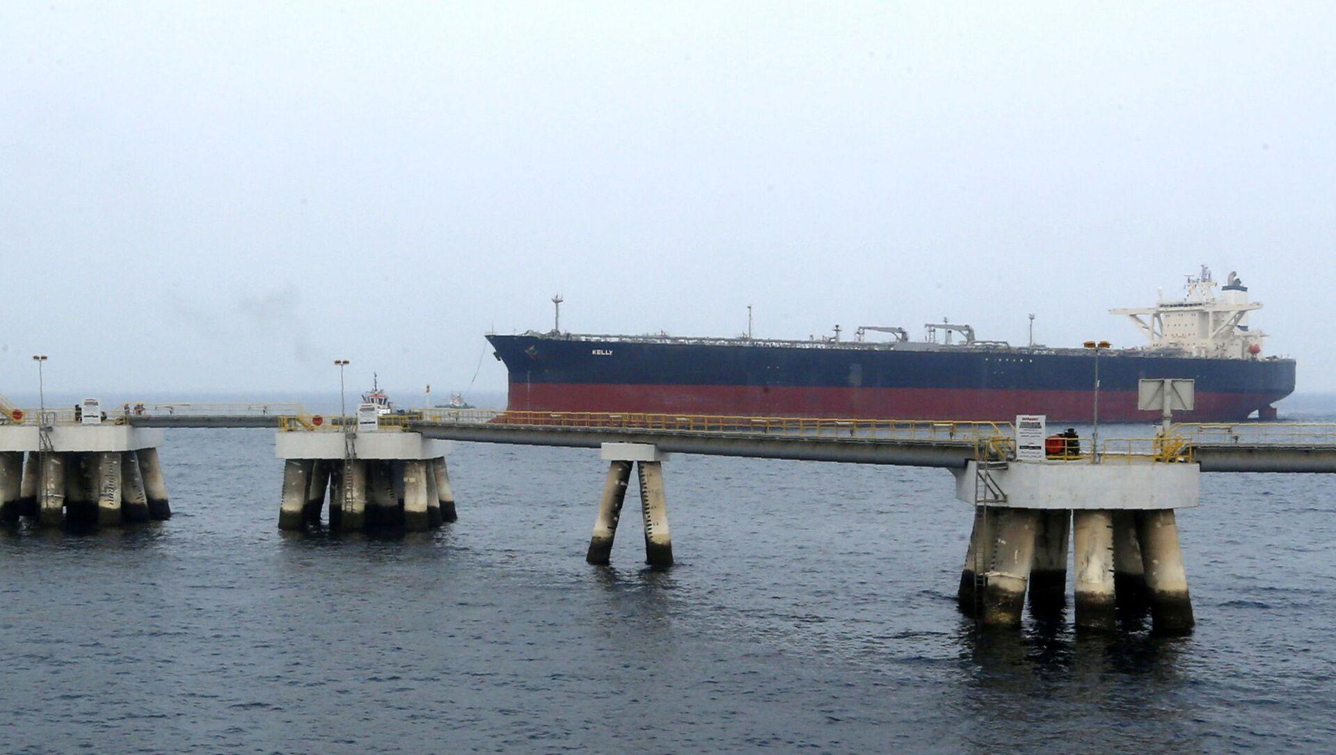 Нефтяной танкер в порту Эль-Фуджайра - Sputnik Italia, 1920, 04.03.2021