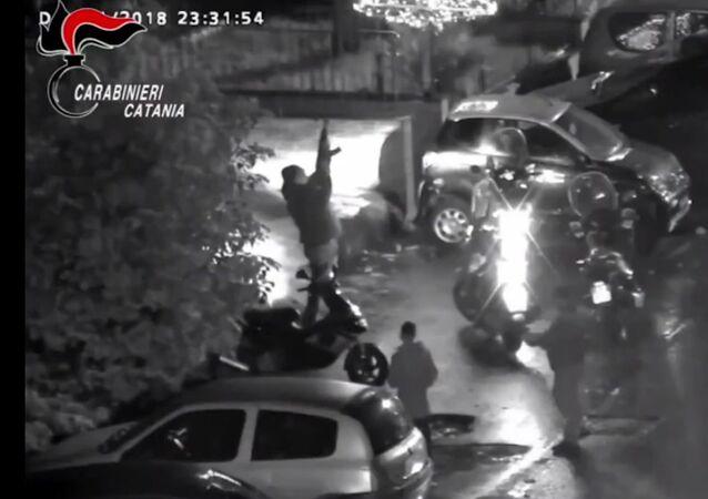 Operazione antidroga a Catania, nei video dei carabinieri un pusher spara con un fucile automatico d'assalto di tipo Kalashnikov.
