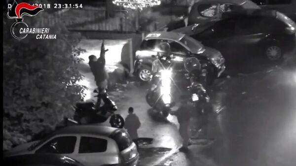 Pusher spara con kalashnikov, frame di video - Sputnik Italia