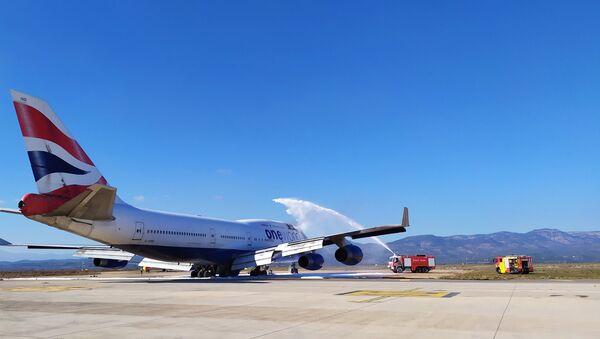 I vigili del fuoco all'aeroporto spagnolo di Castellón spengono un incendio a bordo dell'ex Boeing 747 della British Airways che era stato portato lì per la rottamazione - Sputnik Italia