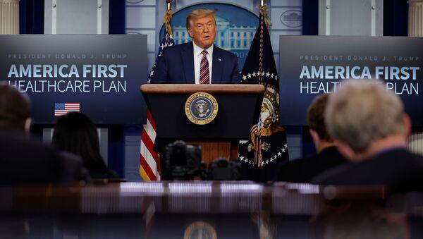 Il presidente degli Stati Uniti Donald Trump parla dei prezzi dei farmaci da prescrizione durante un'apparizione nella Brady Press Briefing Room alla Casa Bianca di Washington, Stati Uniti, 20 novembre 2020 - Sputnik Italia
