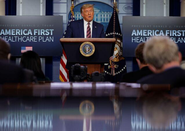 Il presidente degli Stati Uniti Donald Trump parla dei prezzi dei farmaci da prescrizione durante un'apparizione nella Brady Press Briefing Room alla Casa Bianca di Washington, Stati Uniti, 20 novembre 2020
