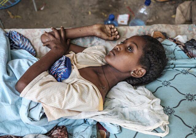 Una ragazza ferita nei combattimenti a Humera, in Etiopia