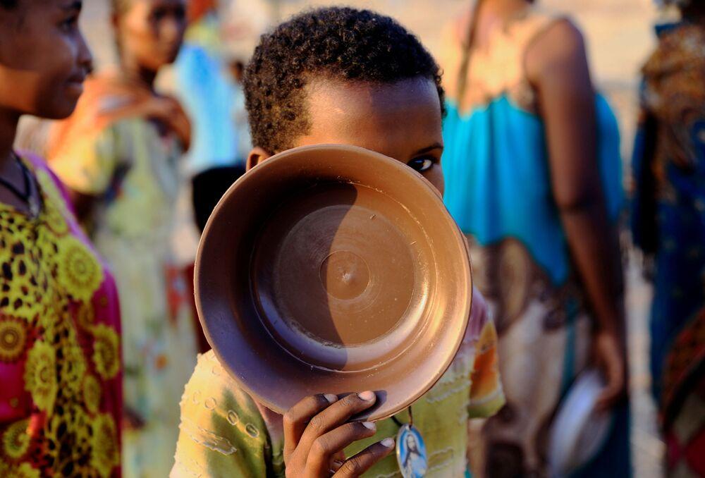 Un bambino rifugiato in coda per il cibo al campo profughi di Um Raquba al confine tra Sudan ed Etiopia