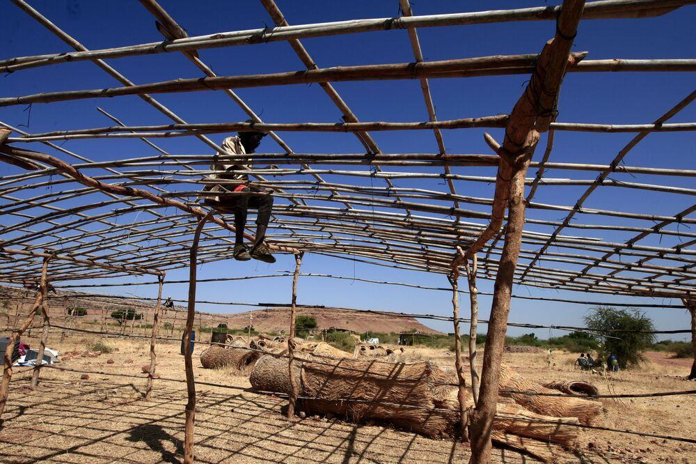Un rifugiato etiope in fuga da aspri combattimenti in patria nel campo profughi di Um Raquba