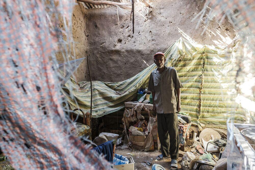 Un uomo si trova in una casa danneggiata dai bombardamenti a Humera, in Etiopia