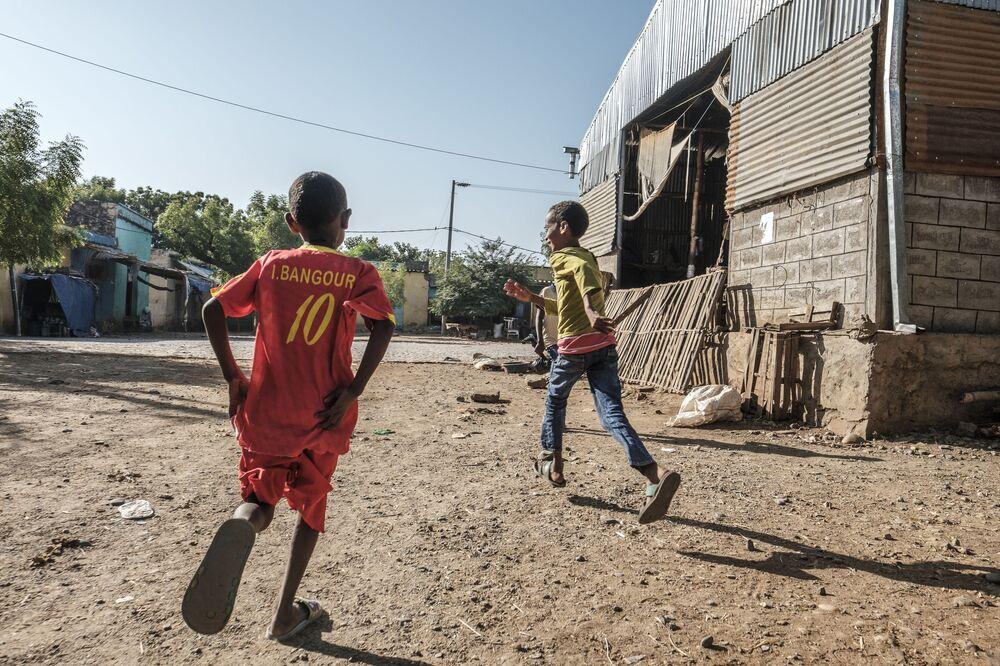 I bambini giocano davanti a un hotel danneggiato da colpi di mortaio a Humera, in Etiopia.