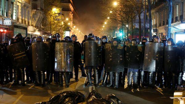 Polizia antisommossa a Parigi - Sputnik Italia