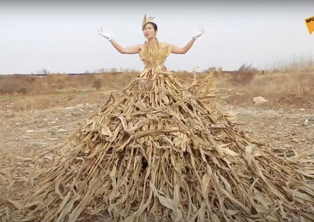 Regina dei campi, stilista cinese crea vestiti fatti di erba