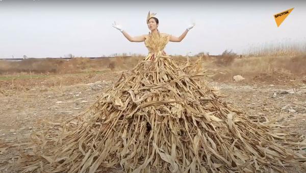 Regina dei campi, stilista cinese crea vestiti fatti di erba - Sputnik Italia