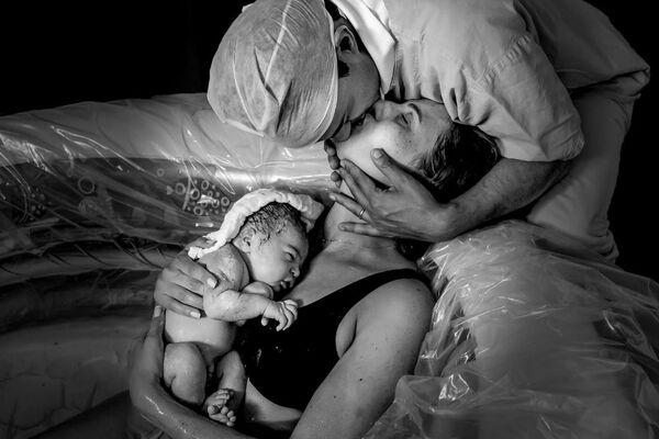 La foto Dove la vita inizia e l'amore non finisce mai del fotografo brasiliano Giovani Dressler, finalista del Premio Agora #BestPhotoOf2020 - Sputnik Italia