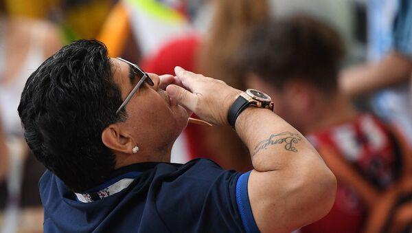 Maradona sugli spalti dello stadio di Kazan per l'incontro Francia-Argentina dei Mondiali 2018 - Sputnik Italia