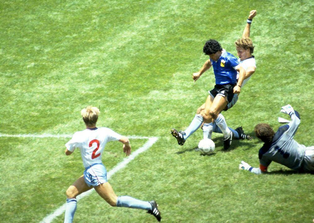 Il calciatore argentino Diego Maradona durante la partita contro l'Inghilterra, la Coppa del Mondo 1986
