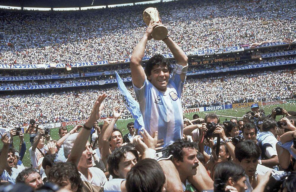 Diego Maradona dopo che l'Argentina ha vinto la finale contro la Germania ai Mondiali del 1986 in Messico