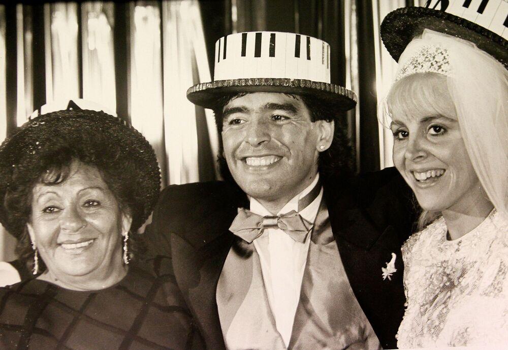 Il calciatore argentino Diego Maradona con la moglie Claudia e la mamma durante il matrimonio, 1989