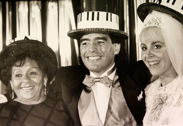 Il calciatore argentino Diego Maradona con la moglie Claudia e la mamma durante il matrimonio, 1989 - Sputnik Italia