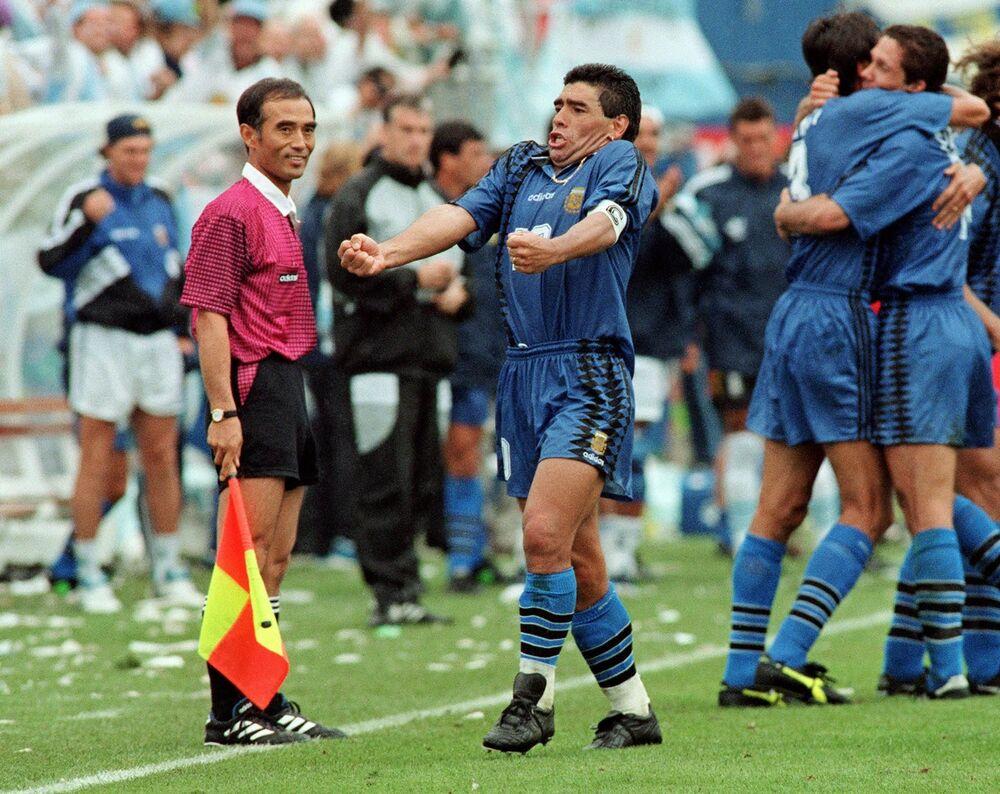 Diego Maradona dopo un gol contro la Grecia ai Mondiali del 1994