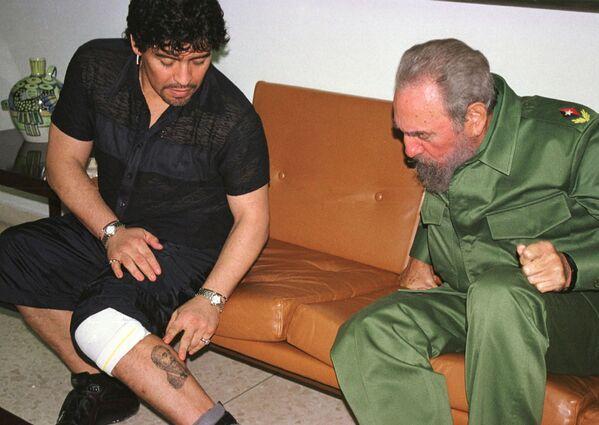 La leggenda del calcio Diego Maradona e il presidente cubano Fidel Castro si sono incontrati a Cuba nel 2001 - Sputnik Italia
