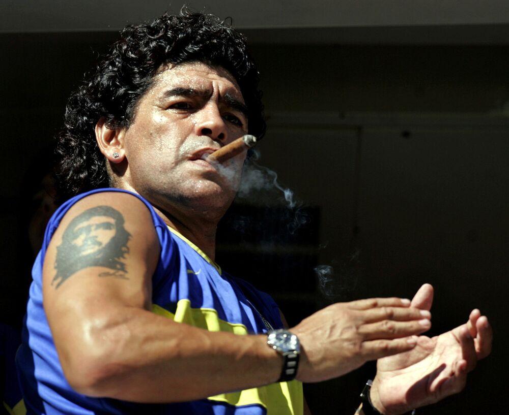 La leggenda del calcio Diego Maradona con un sigaro cubano e il tatuaggio di Che Guevara, 2006