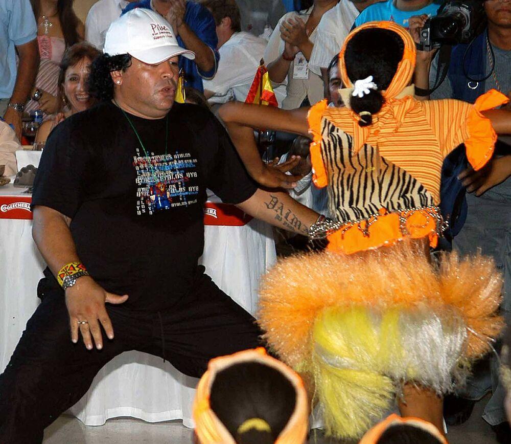 La leggenda del calcio Diego Maradona balla alla festa del calciatore colombiano Carlos Valderrama, 2004