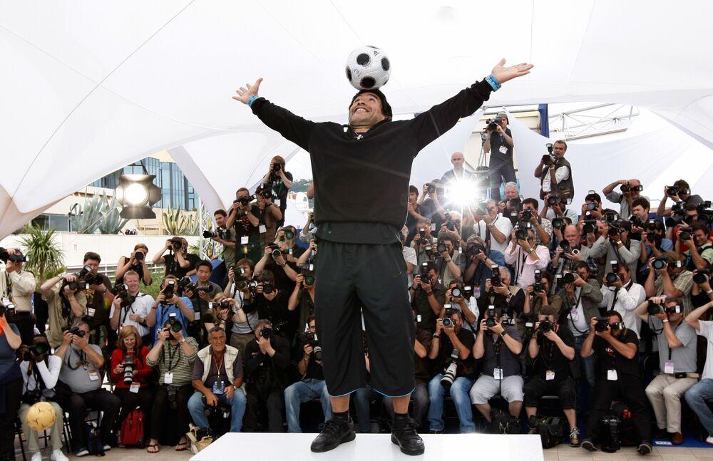 La leggenda del calcio Diego Maradona posa durante la presentazione di un documentario su se stesso a Cannes, 2008